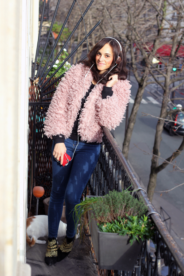 amandine fashion blogger berlin germany wears frends rosegold taylor headphones pink fake fur