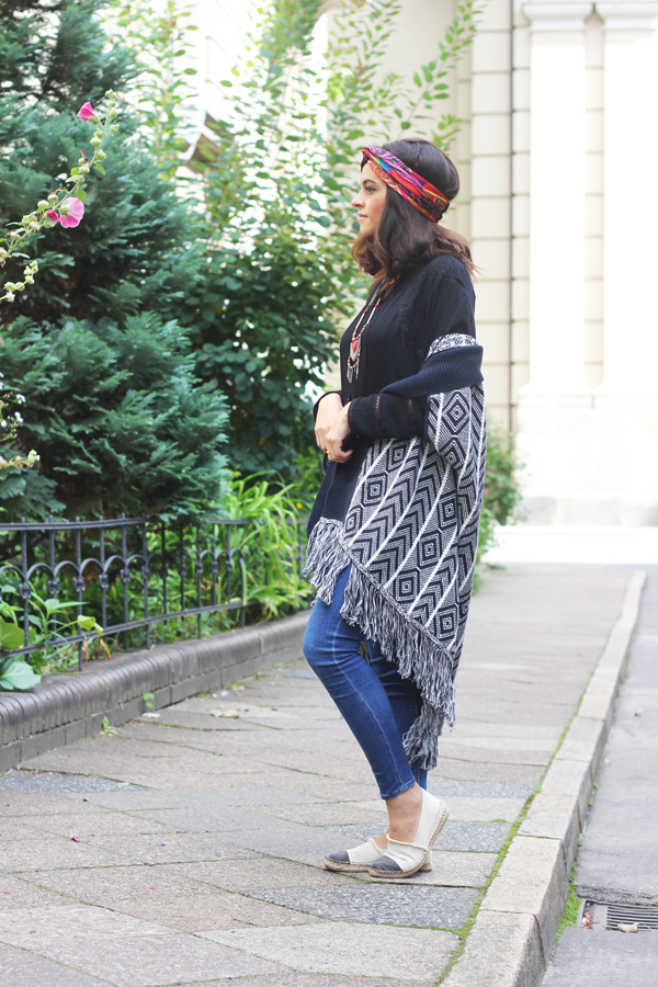 amandine fashon blogger berlin germany wearing oot outfit big knit cardigan esprit collection azteque print blue