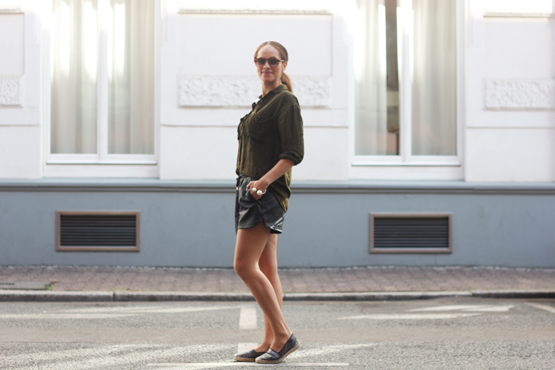 amandine fashion blogger berlin frankfurt germany wearing python espadrilles black leather short giant big pearl armband and necklace