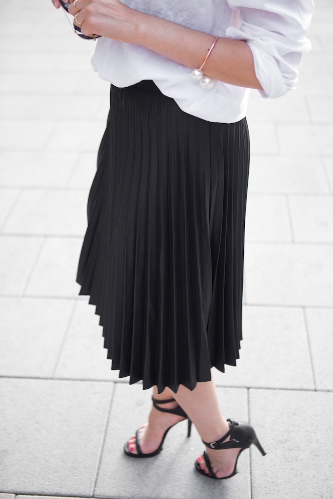 Amandine fashion blogger berlin germany ootd outfit wearing selected black pleated skirt white shirt and giant gib pearl armband