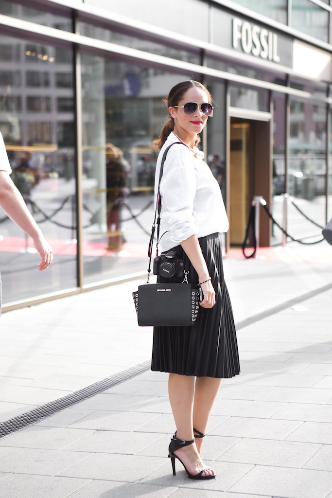 Amandine fashion blogger berlin germany ootd outfit wearing selected black pleated skirt white shirt and giant gib pearl necklace armband