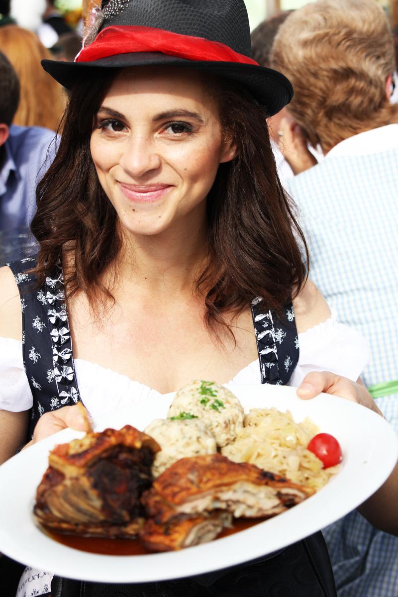 Amandine german fashion blogger eating at Oktoberfest Munich Wiesn