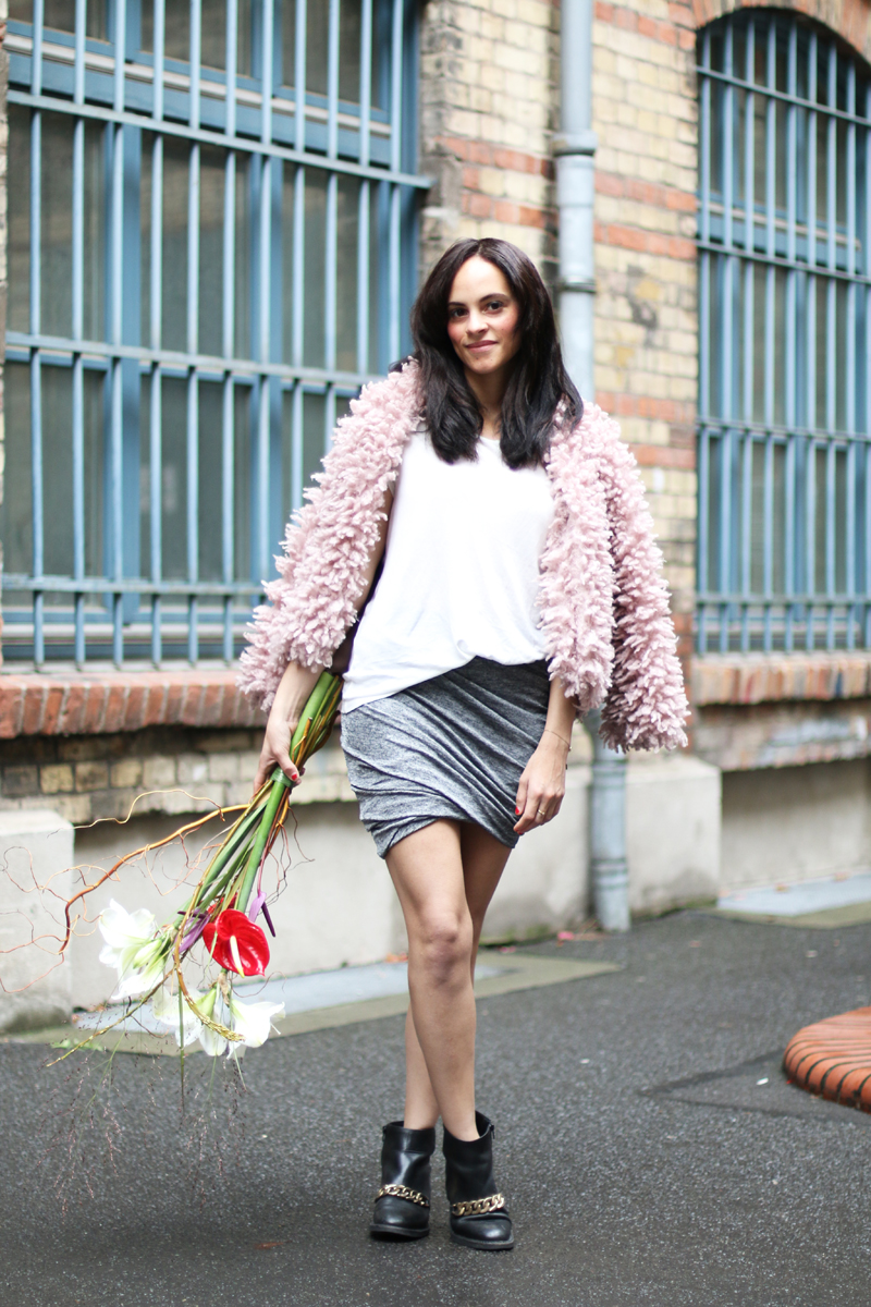 amandine fashion blogger berlin germany asymetrical grey skirt givenchy laura boots gold chain pink fake fur