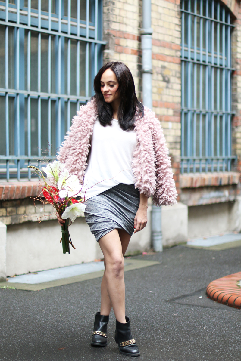 amandine fashion blogger berlin germany asymetrical grey skirt pink fake fur givenchy laura gold chain boots
