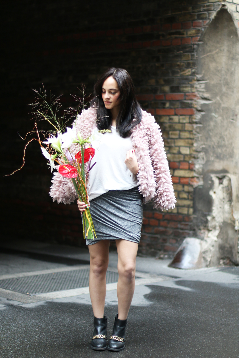 amandine fashion blogger berlin germany asymetrical skirt pink fake fur givenchy chain boots