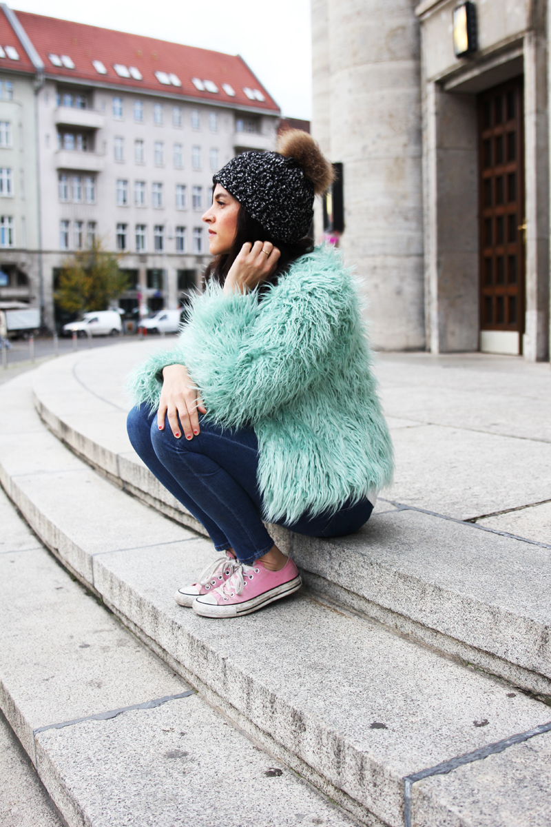 amandine fashion blogger berlin germany blog les berlinettes wearing ootd outfit colorful faux fur
