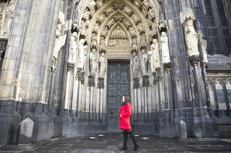amandine fashion blogger berlin germany wearind red coat kölner dom cologne cathedral