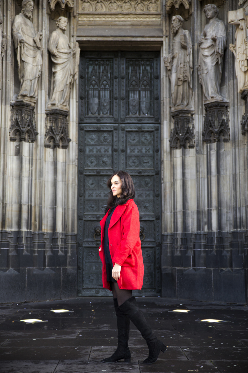 amandine fashion blogger travel wearing outfit red coat cologne cathedral kölner dom