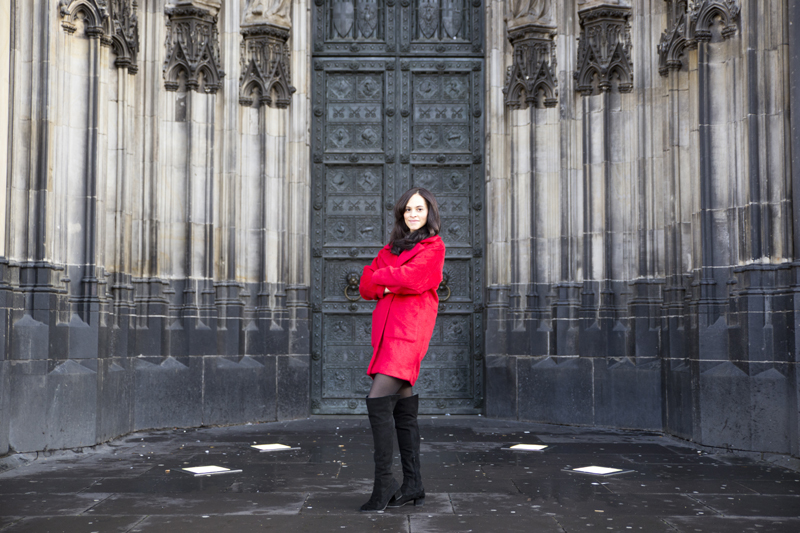 amandine fashion travel blogger berlin germany outfit red coat kölner dom cologne cathedral