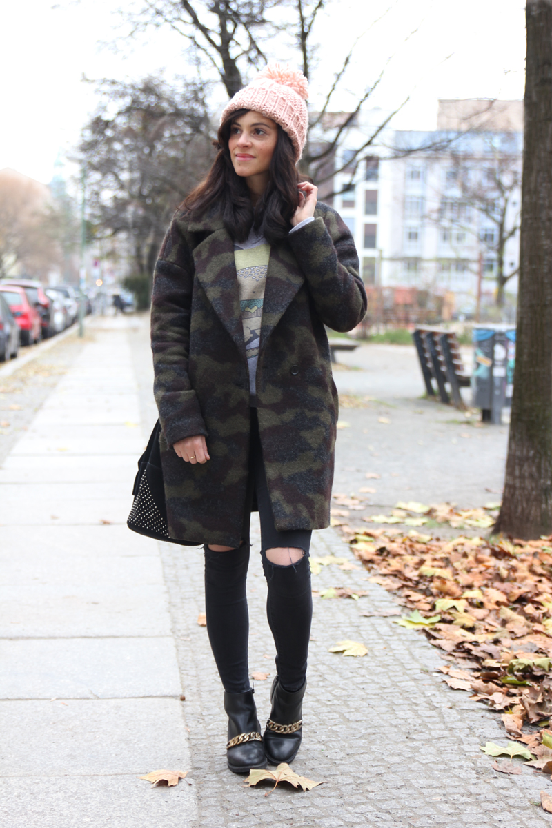 amandine fashion blogger berlin germany wearing outfir camouflage print coat givenchy boots sud express black bag with studs and pink beanie 1