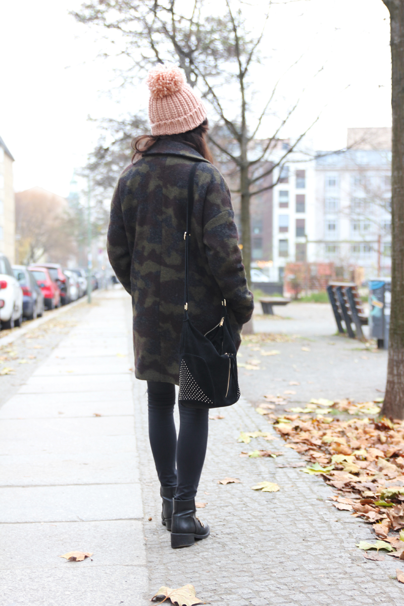 amandine fashion blogger berlin germany wearing outfir camouflage print coat givenchy boots sud express black bag with studs and pink beanie 2