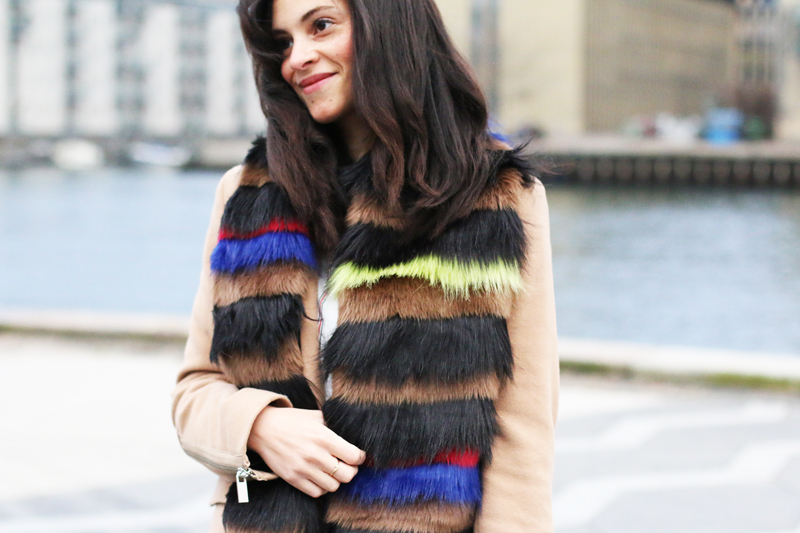 amandine fashion blogger berlin germany wearing outfit faux fur scarf