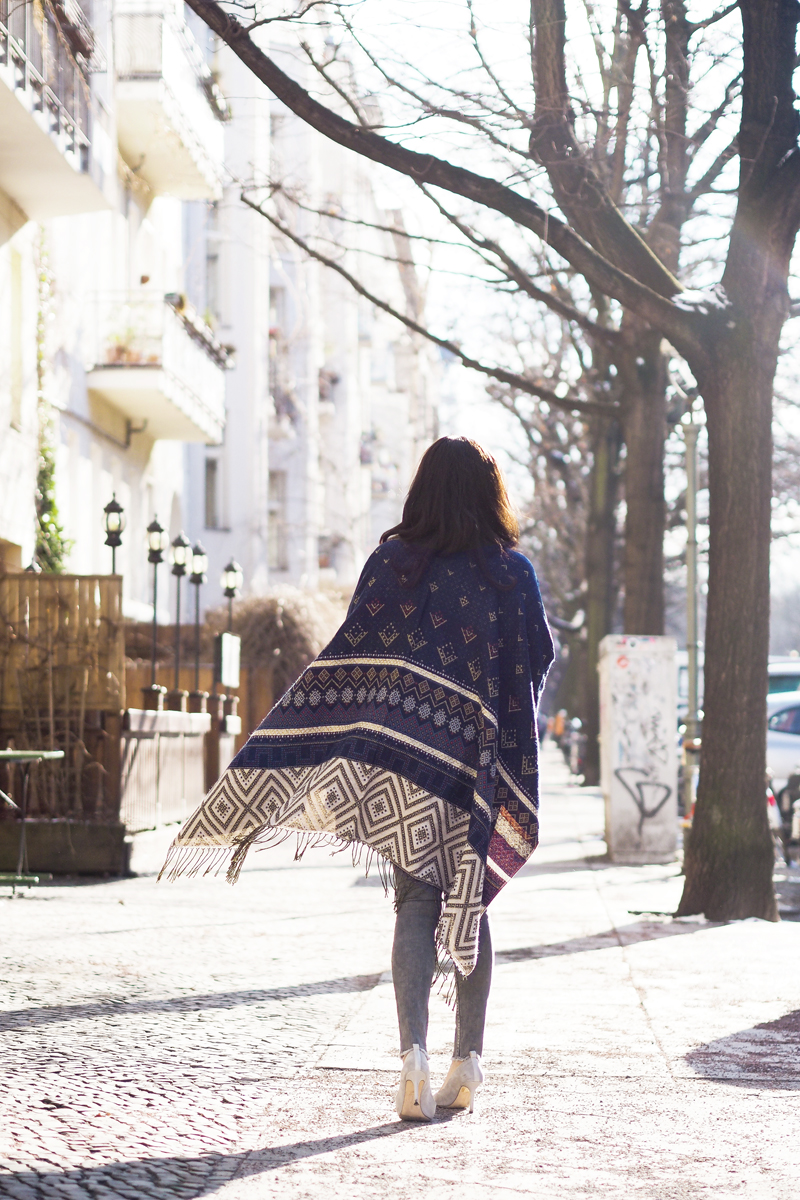 amandine fashion blogger berlin germany wearing a cape blue patterned blanket wrap