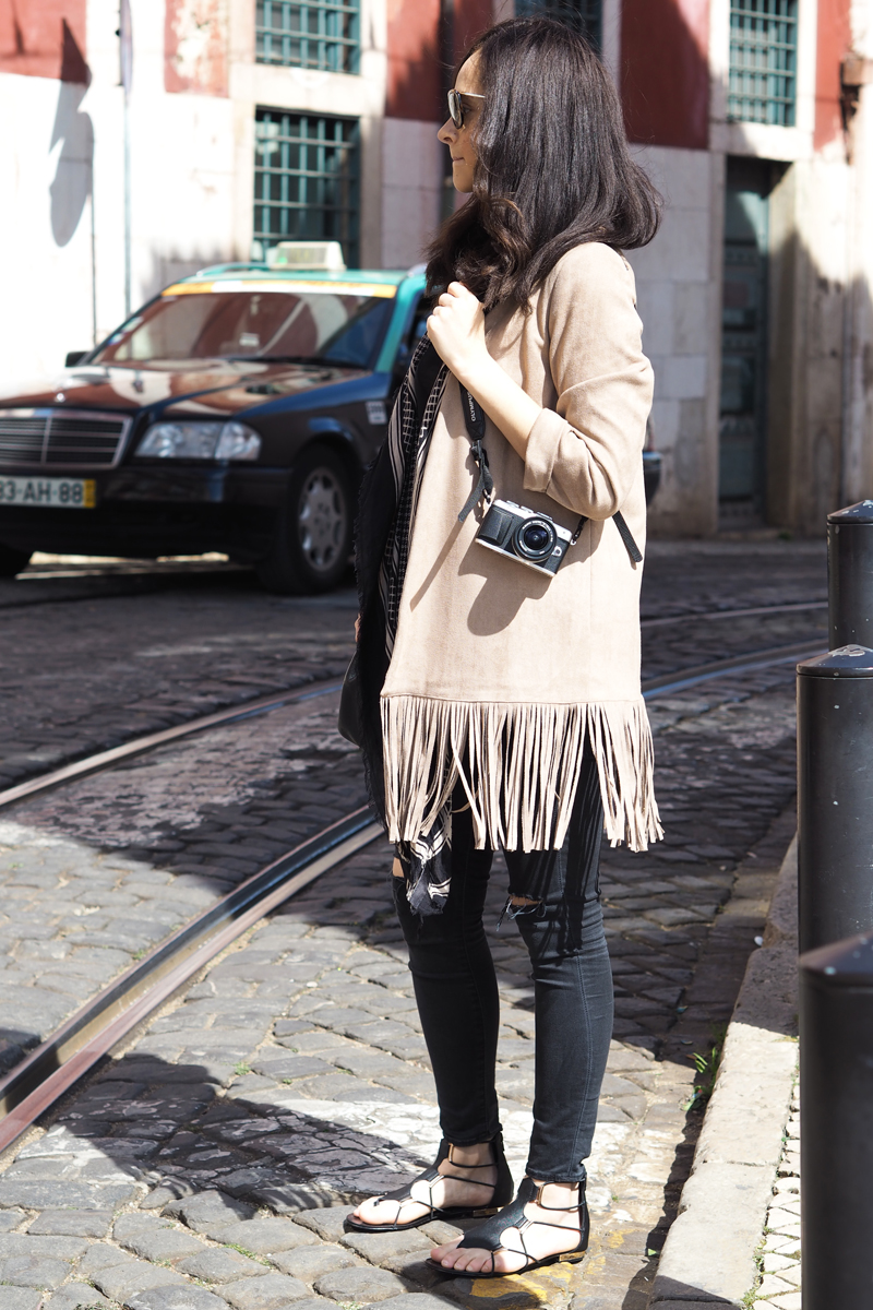 amandine-fashion-blogger-berlin-germany-wearing-ootd-suede-fringe-jacket-aldo-gladiator-sandals