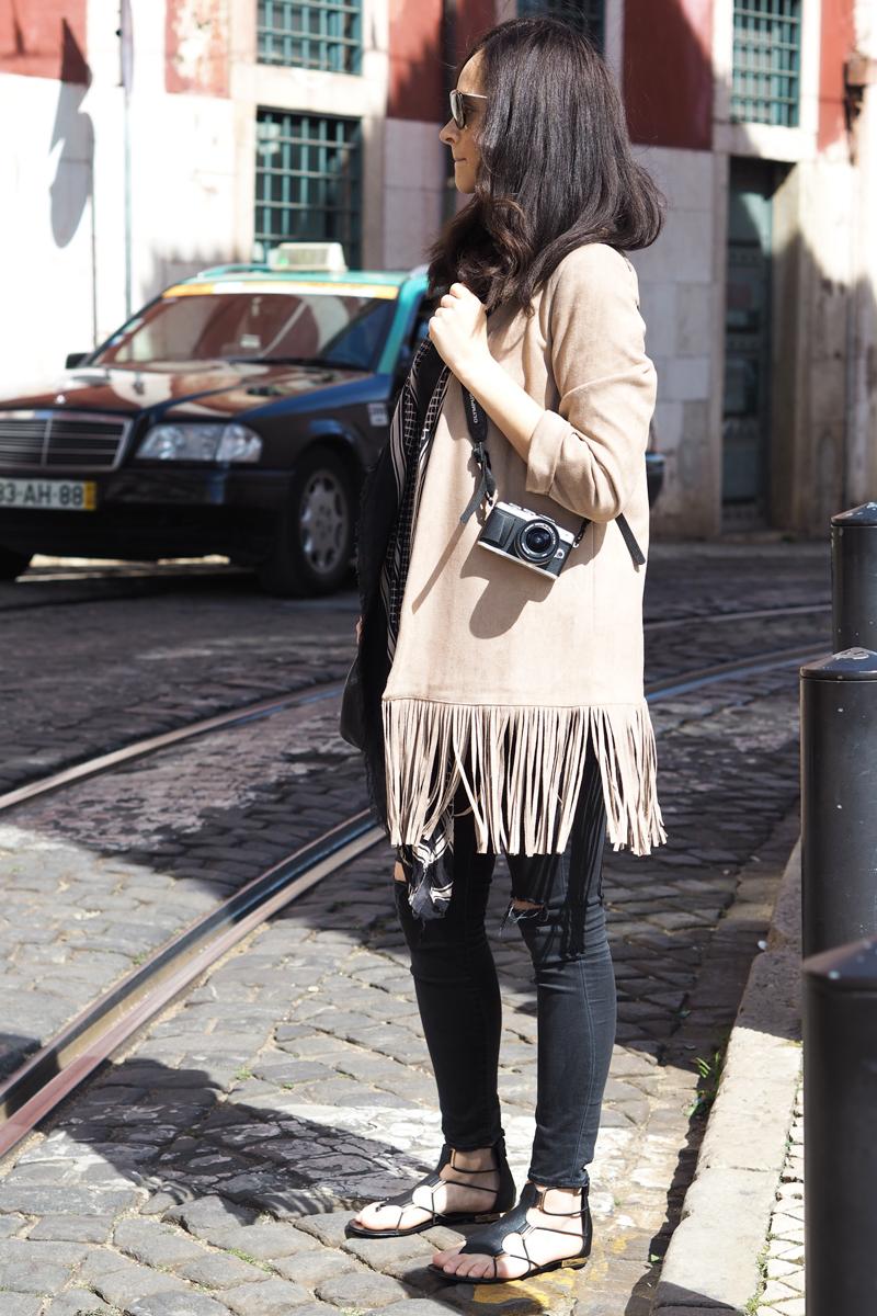 amandine-fashion-blogger-berlin-germany-wearing-ootd-suede-fringe-jacket-aldo-gladiator-sandals