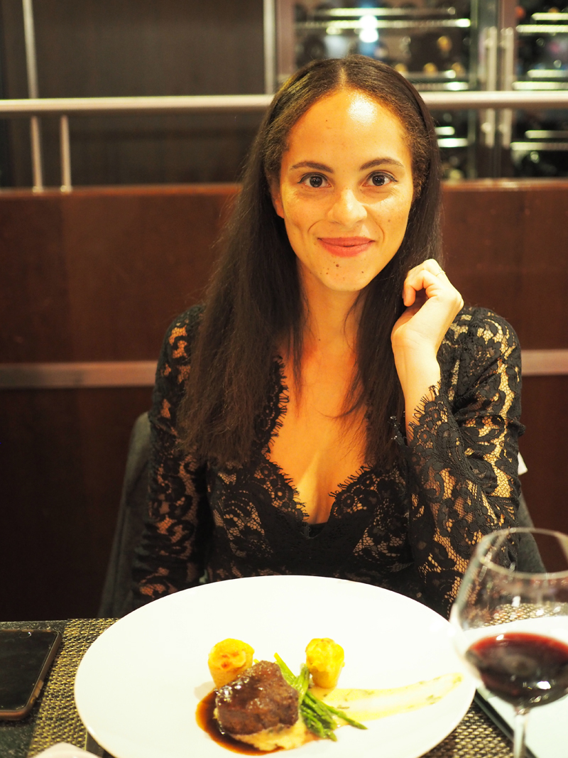 lifestyle blogger eating at Midtown grill Berlin Marriott hotel