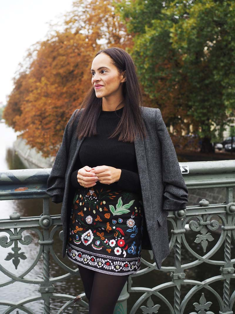 amandine fashion blogger Germany outfit embroidered skirt and grey blazer