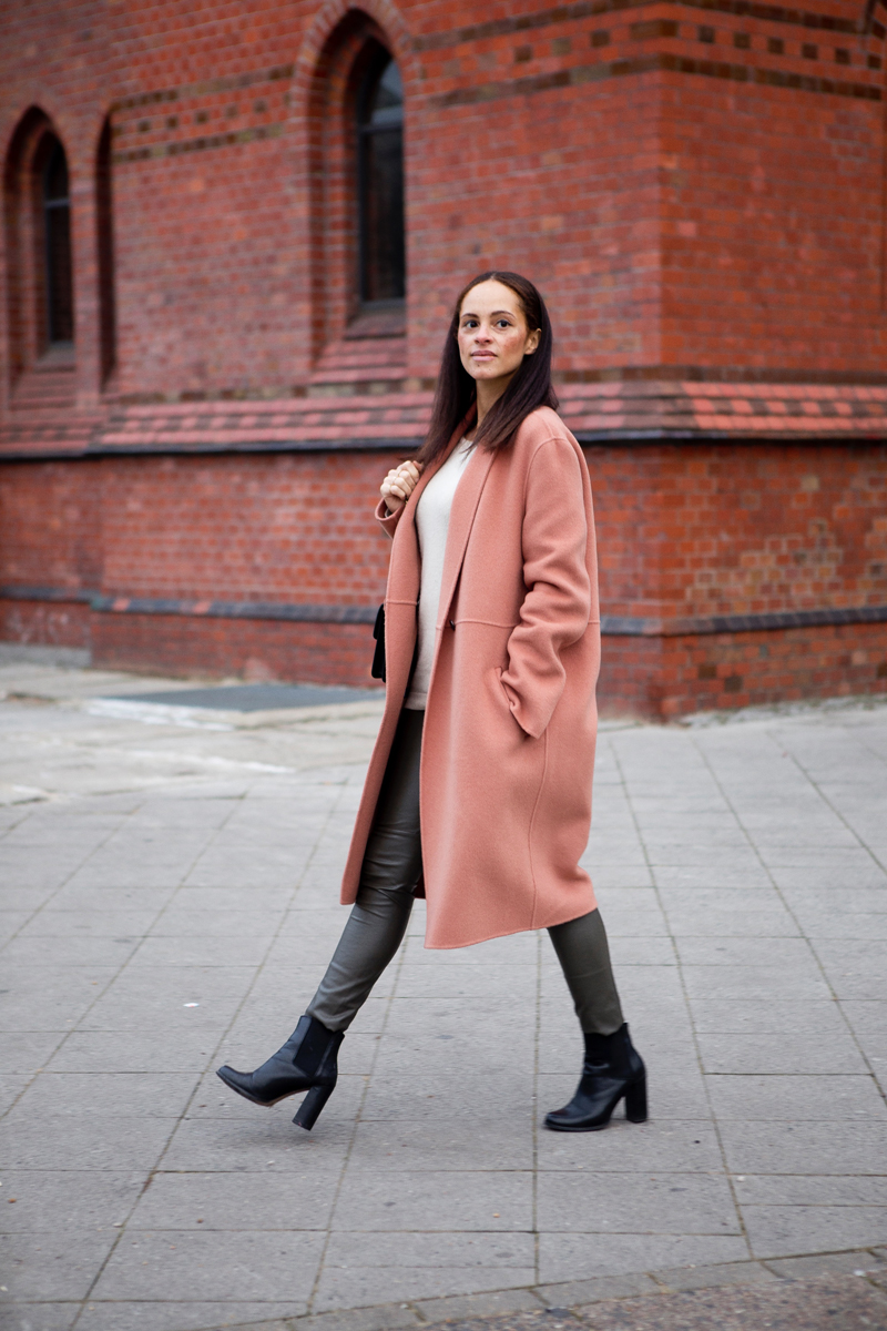 German fashion blogger wearing outfit - Pinko love bag and Luisa Cerano winter coat