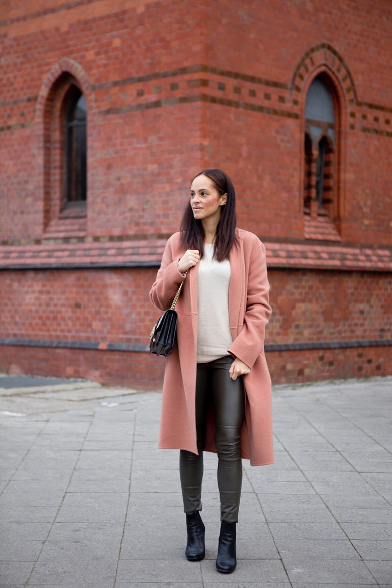 Berlin fashion blogger wearing outfit - Pinko love bag and Luisa Cerano winter coat