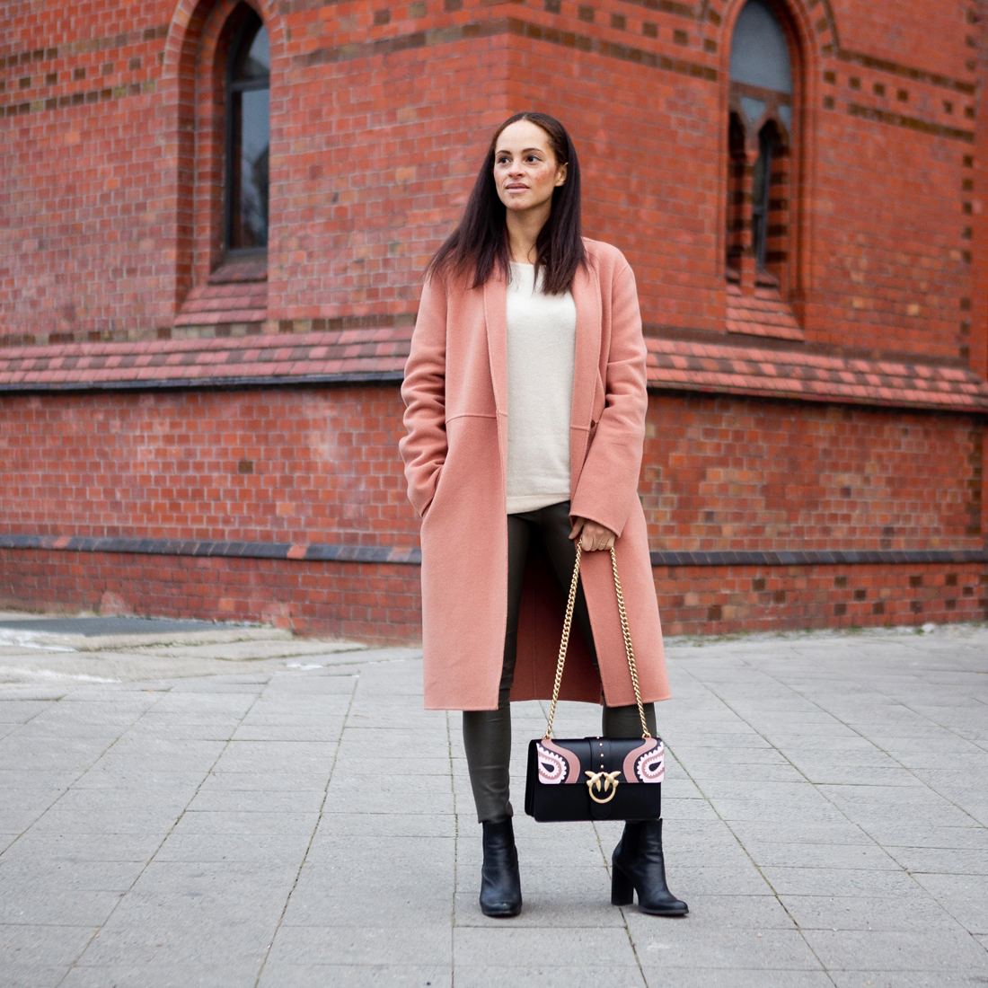 55cf37797f528 Berlin fashion blogger wearing outfit - Pinko love bag and Luisa Cerano  winter coat
