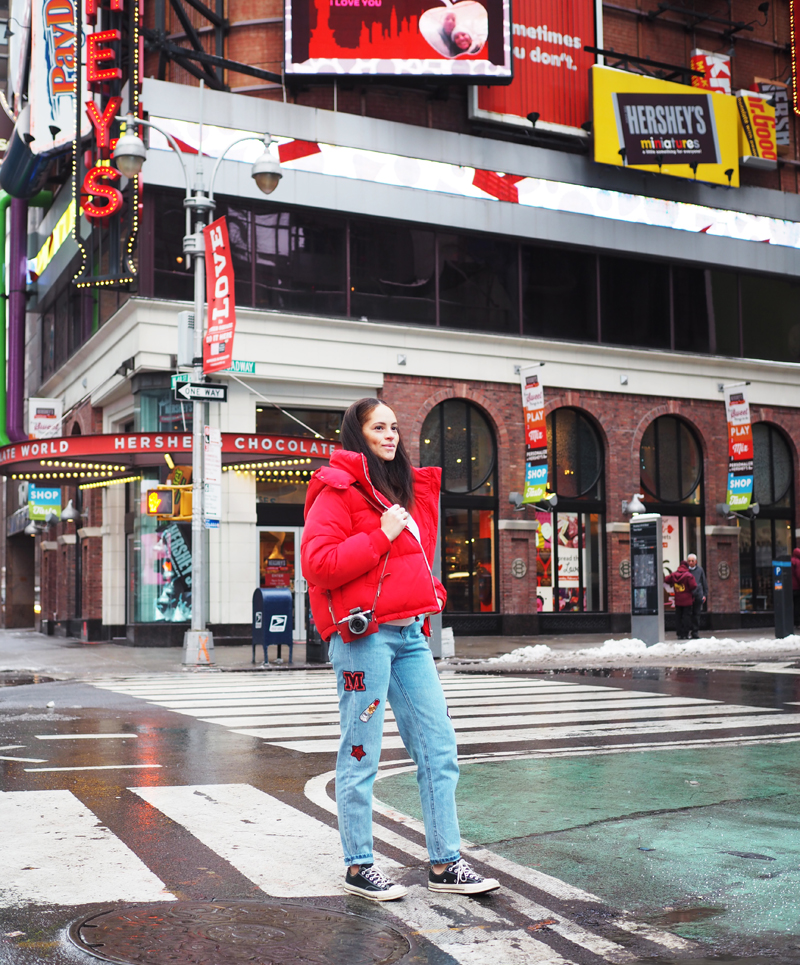 Berlin blogger wearing red puffer jacket and patch jeans