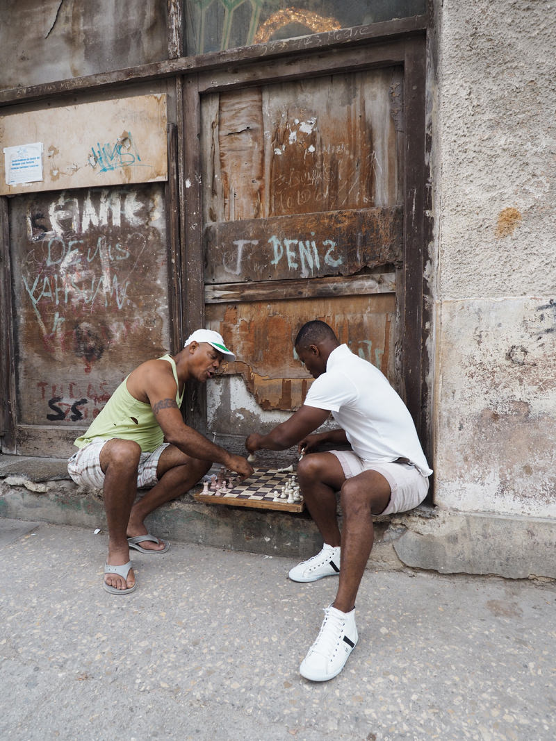 Cuba-Havana-people-playing-chess