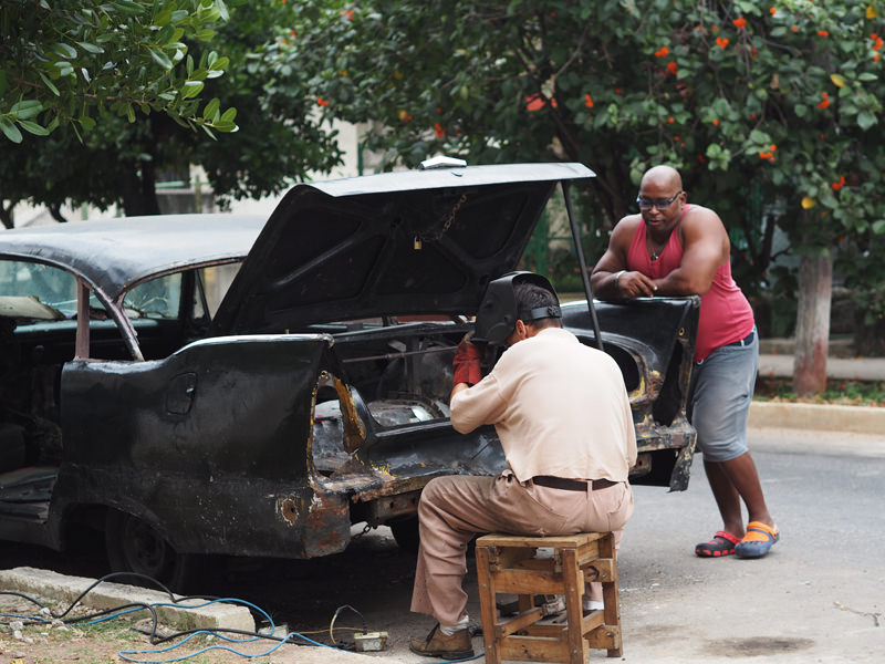 Cuba-Havana-people-working-on-oldtimer-car