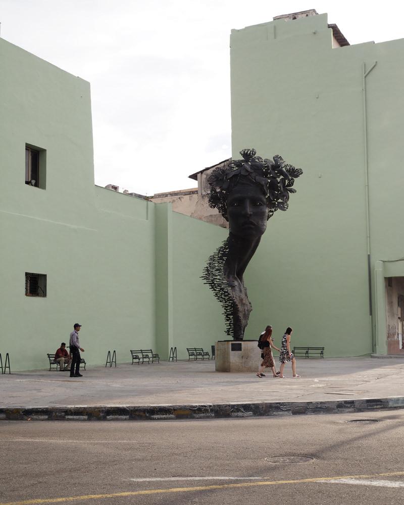 Cuba-Havana-primavera-statue-Malecon