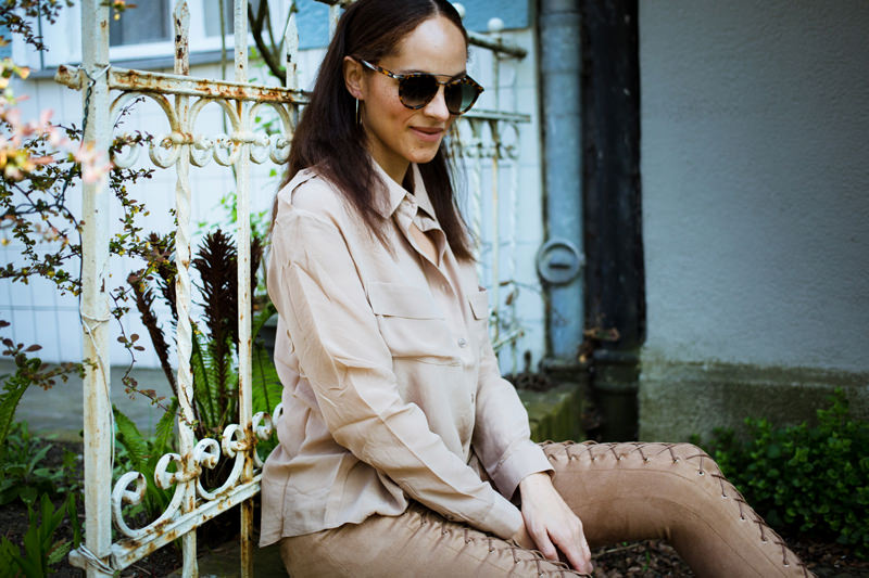 German fashion blogger wearing outfit Nude blouse and lace up pants_mini