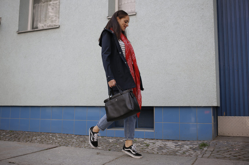 Berlin fashion blogger Outfit idea - how to style a rain coat bomboogie