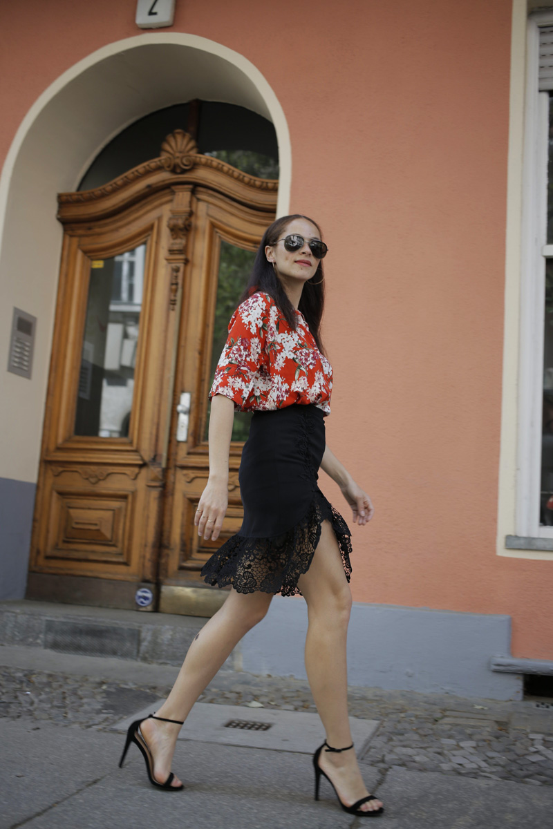 Berlin fashion blogger outfit Oui blouse and black lace split midi skirt