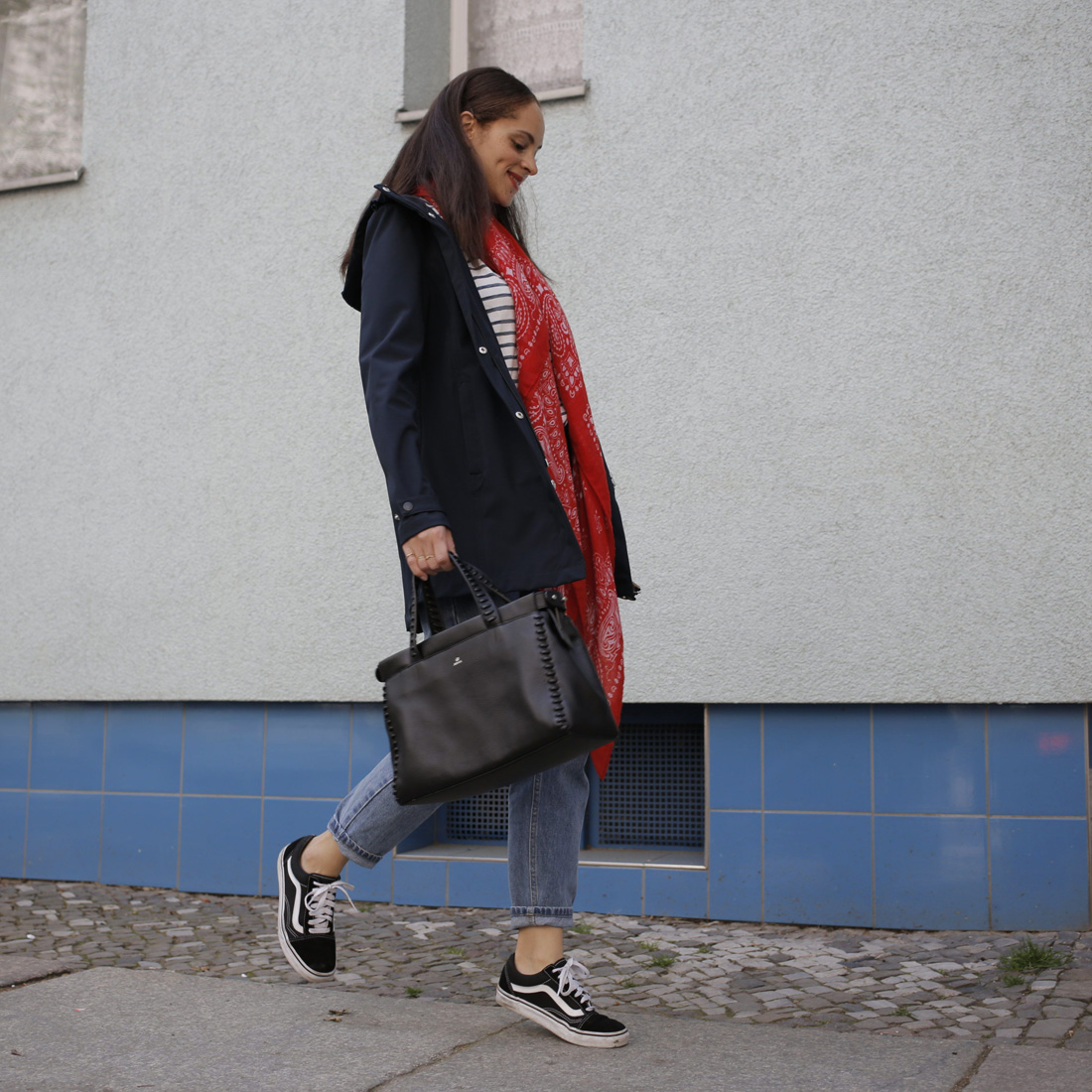 Berlin modeblogger Outfit idea - how to style a rain coat bomboogie Adax bag