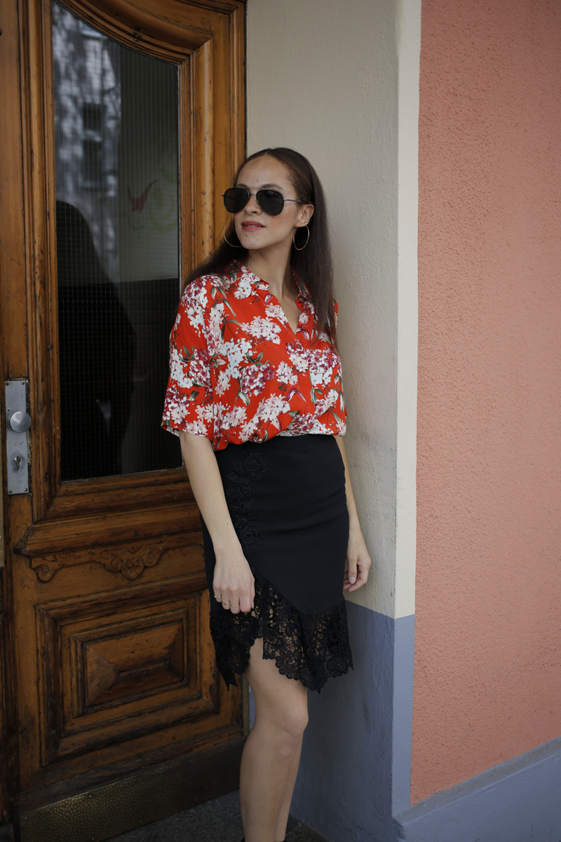 deutsche modeblogger outfit Oui blouse and black lace split midi skirt