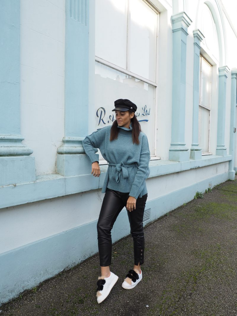 Berlin fashion blogger Outfit - Tie waist jumper and faux fur sneakers
