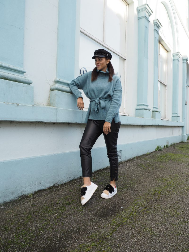 German fashion blogger Outfit - Tie waist jumper and faux fur sneakers