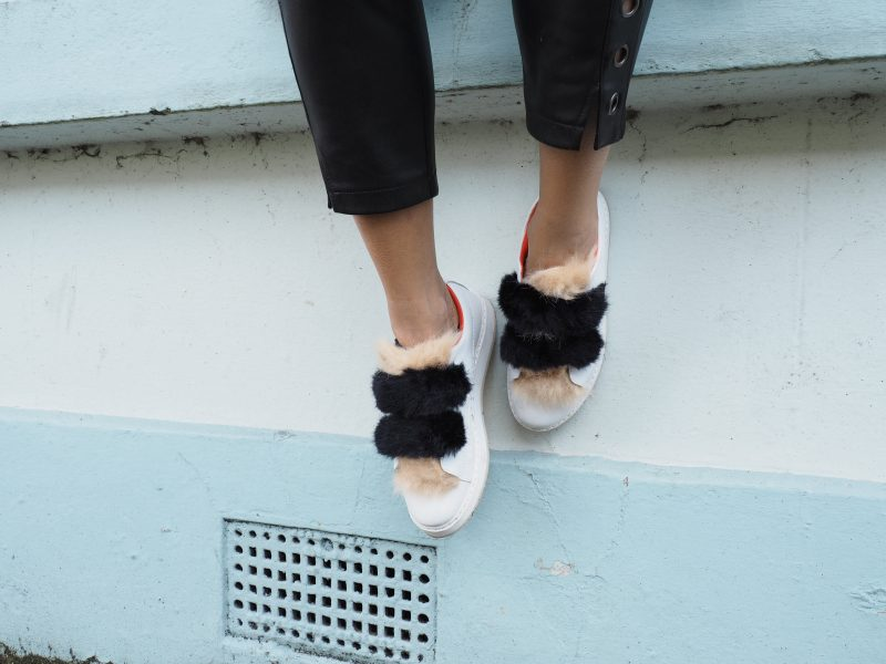 Outfit faux fur sneakers