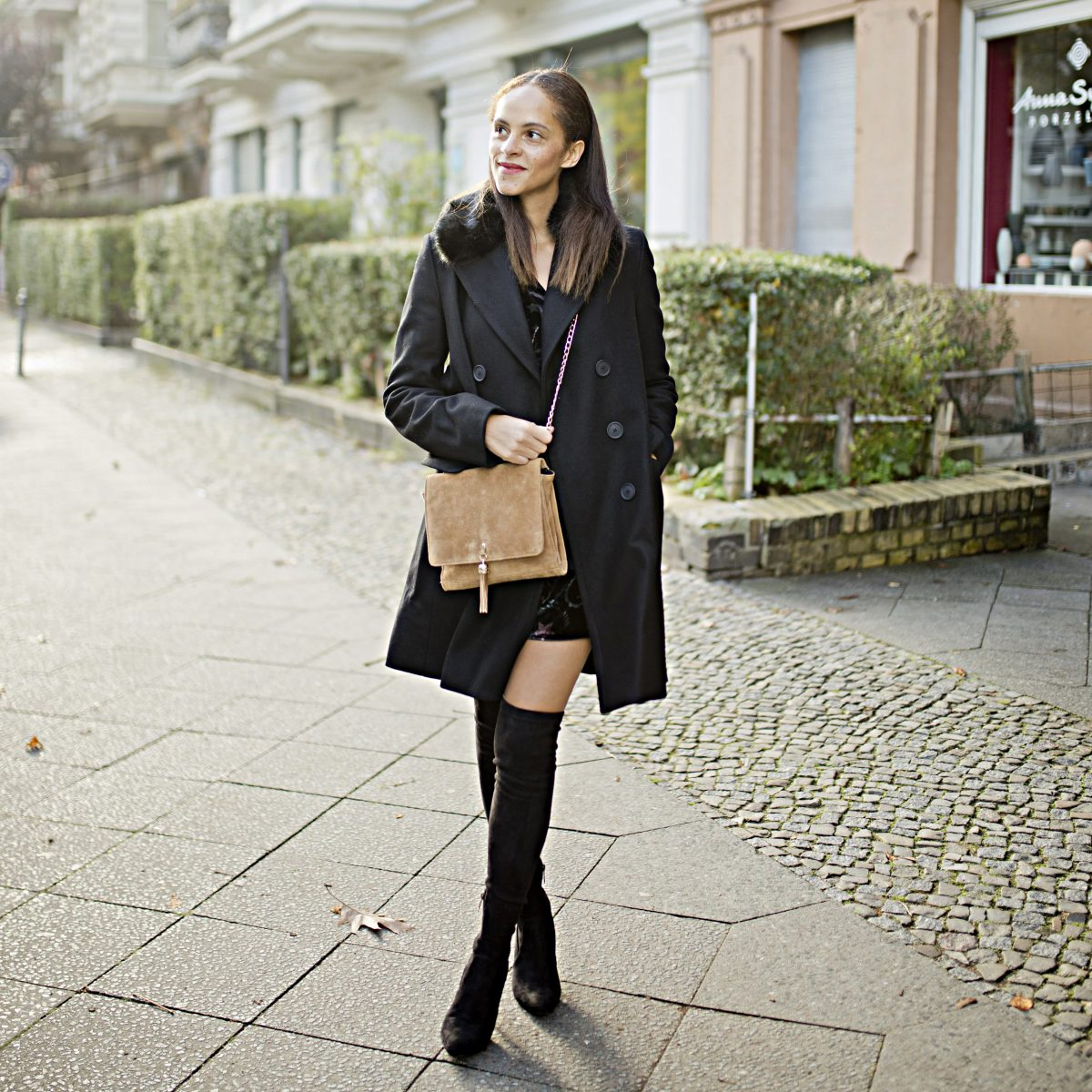 Berlin Fashion blogger Outfit - Black Faux fur collar coat preview
