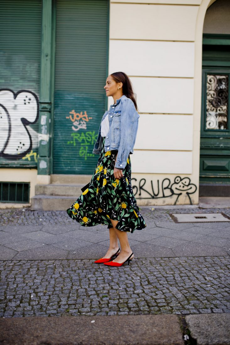 berlin fashion blogger Spring outfit - Red kitten heels and lemon skirt