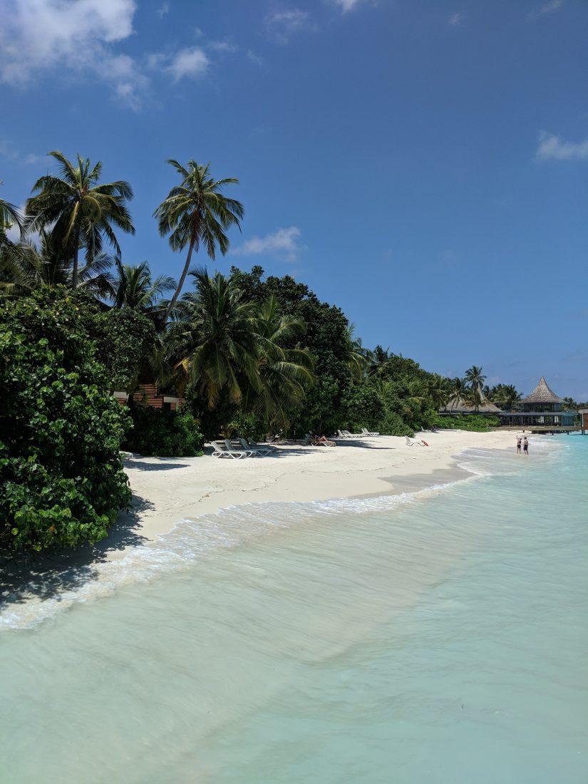 kuramathi beach-min