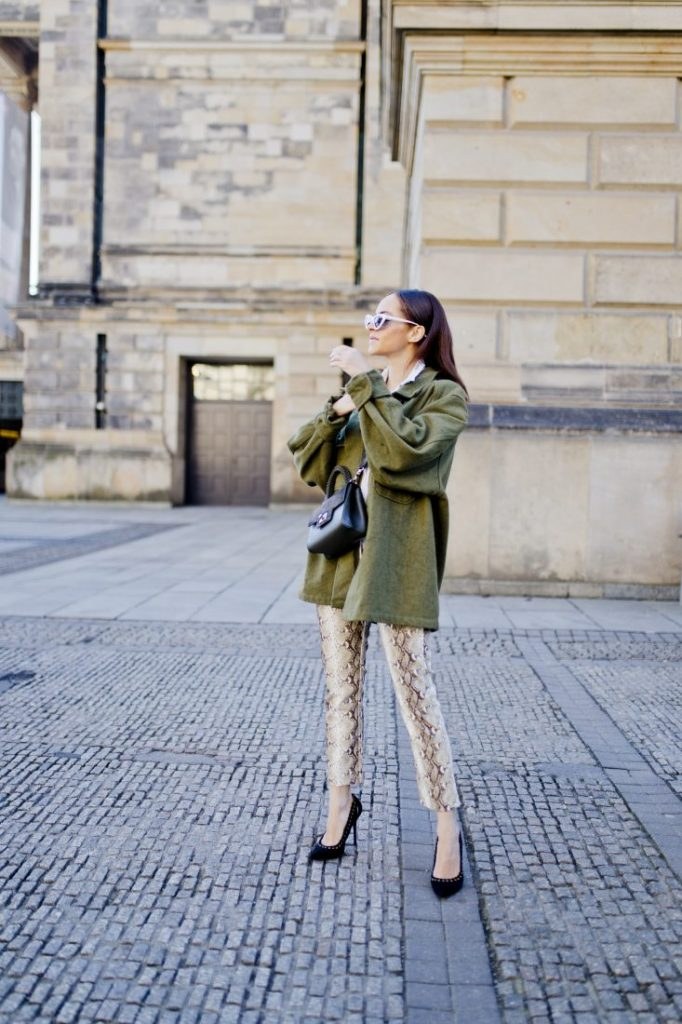 Styling snake print trousers Berlin fashion blogger